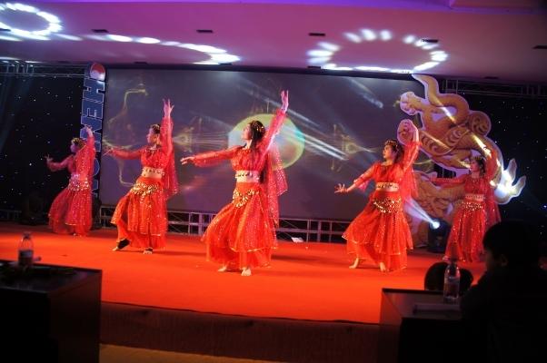 公司年会跳舞表演视频图片